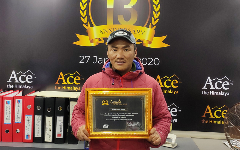 pasang dawa with guide of the year certificate